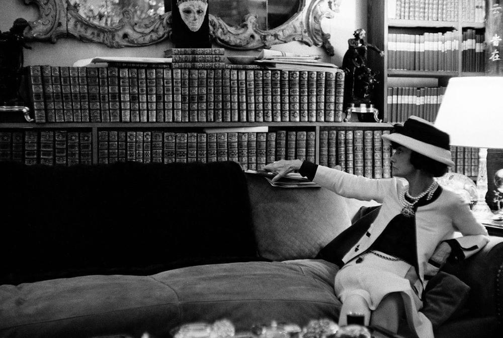 La donna che legge: l'imperdibile mostra di Culture Chanel a Venezia
