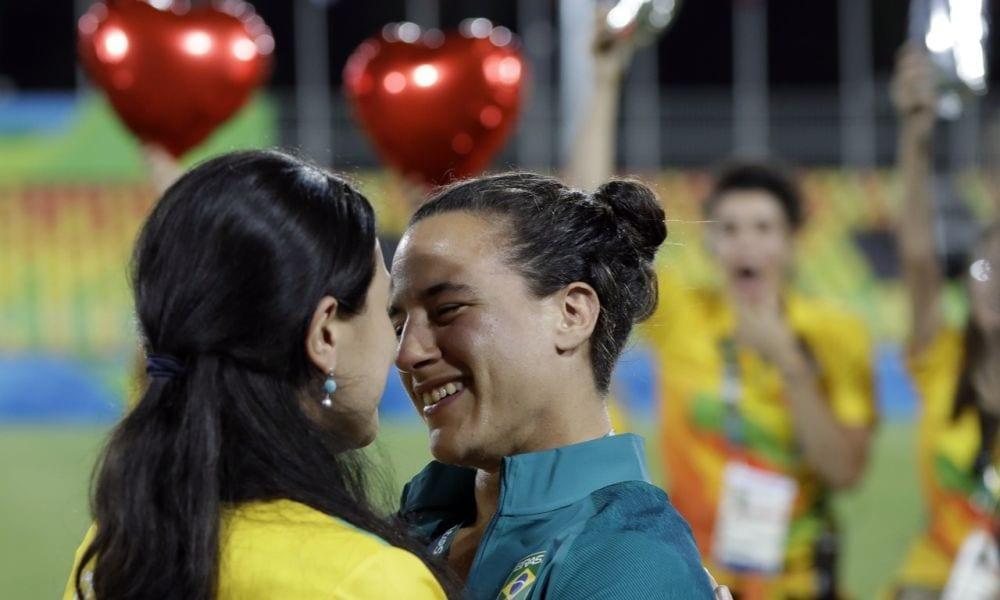 Rio: Enya e Izzy promesse spose con bacio in campo rugby