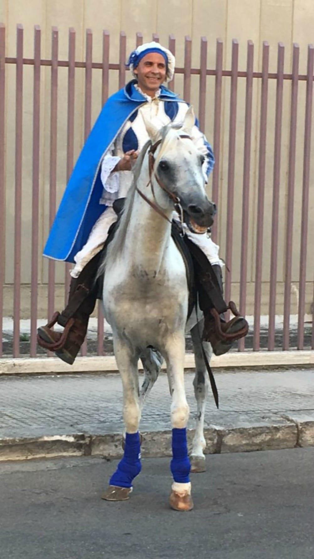 Matrimonio Principe Azzurro : Lecce principe azzurro a cavallo per proposta di