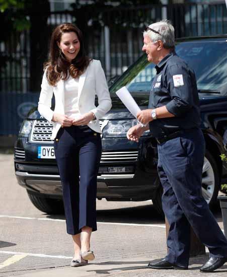Kate Middleton: sexy con il look da marinaretta [FOTO]