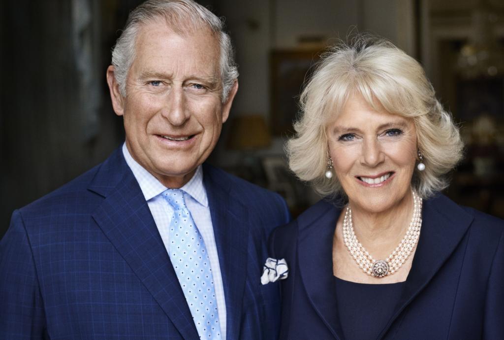 Camilla ha scelto il fotografo di Lady Diana per il ritratto ufficiale dei suoi 70 anni