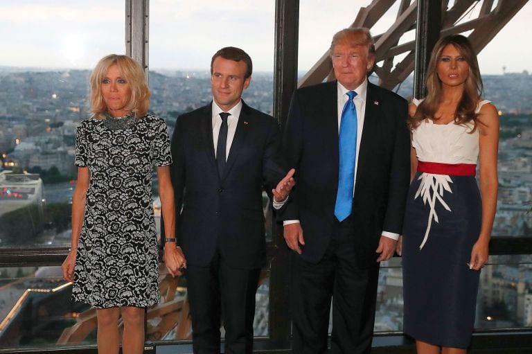 """Melania Trump e Brigitte Macron: i look di Parigi e la battuta """"sessista"""" di Donald Trump [VIDEO]"""