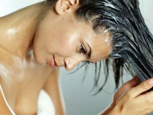 Come curare i capelli secchi e danneggiati dopo l'estate