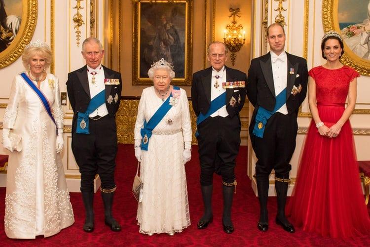 Regina elisabetta lascia la corona al principe william for Quanto costa la corona della regina elisabetta