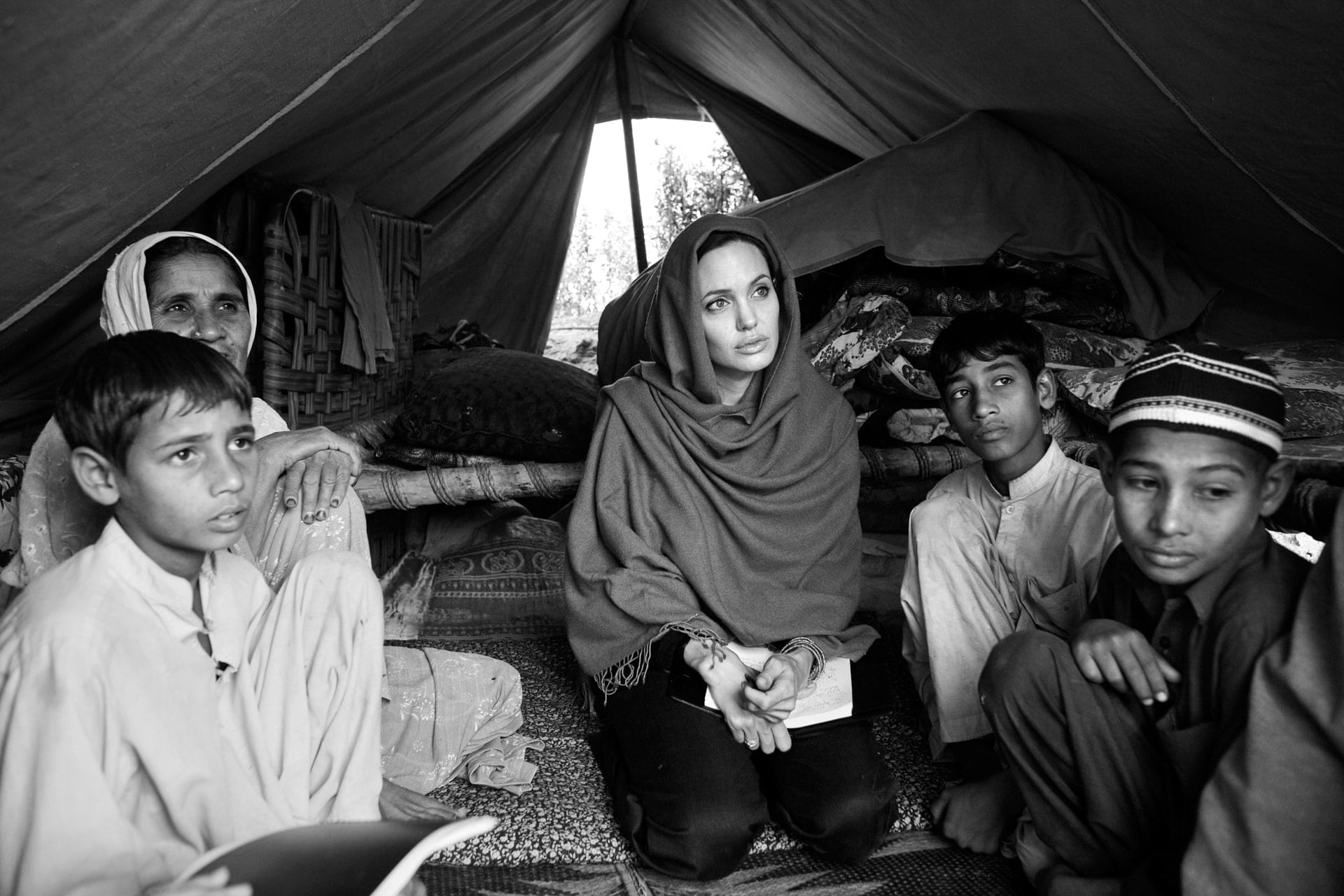 Angelina Jolie, a cena con il nemico per incastrare Kony, il signore della guerra