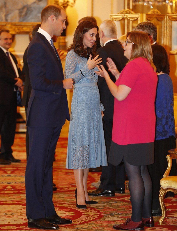 Kate Middleton, per la prima volta mostra il pancino [FOTO]