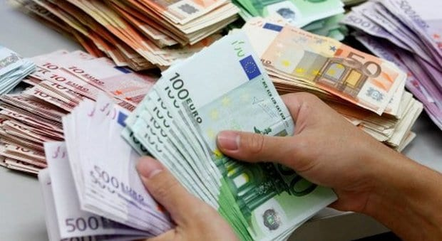 """""""Facciamo sesso?"""" Poi spilla ben 130mila euro a 17 anziani vedovi: arrestata"""