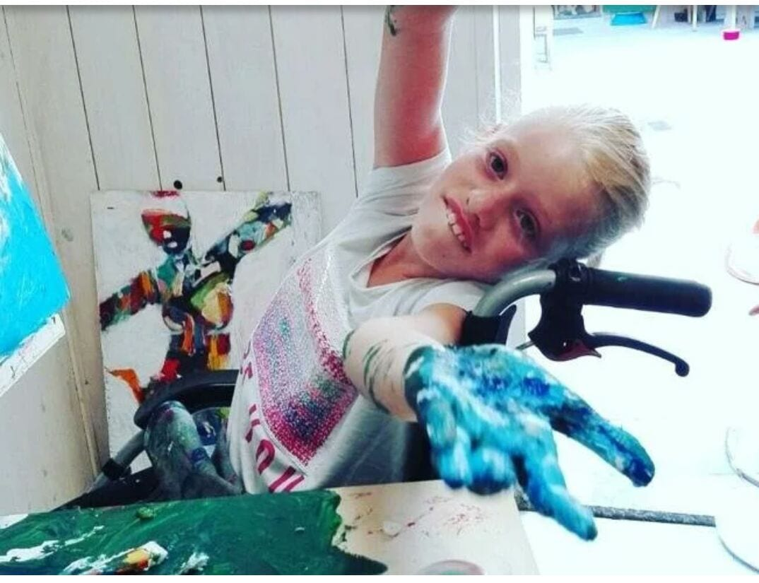 Clara Woods, la bambina disabile che si esprime attraverso i suoi dipinti