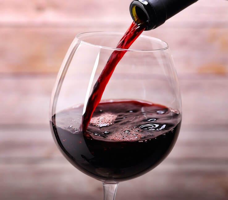 Vino rosso: davvero fa dimagrire se bevuto prima di dormire?