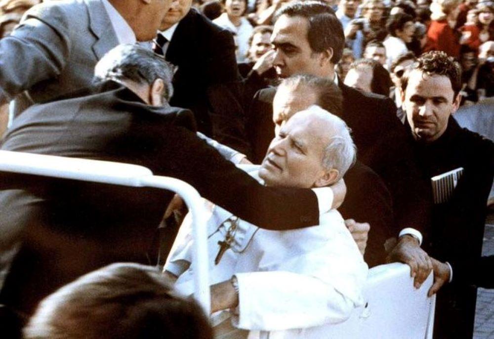 """""""Hanno sparato al Papa"""", 40 anni fa l'attentato a Giovanni Paolo II: la verità resta un enigma"""